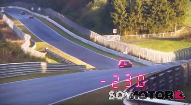 Coche cazado a 230 kilómetros/hora en Nürburgring - SoyMotor.com