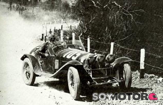 Tazio Nuvolari en la Mille Miglia de 1932 - SoyMotor