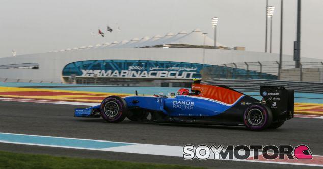 Ocon, durante el Gran Premio de Abu Dabi 2016 - SoyMotor
