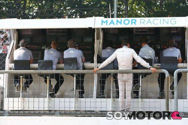 Esteban Ocon sigue la clasificación desde el pit-wall de Manor - LaF1