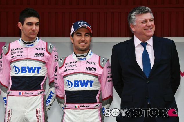 Ocon, Pérez y Szafnauer durante la presentación del VJM11 - SoyMotor.com