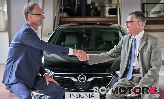 Michael Lohscheller y Carlos Tavares formalizan con un apretón de manos el acuerdo - SoyMotor