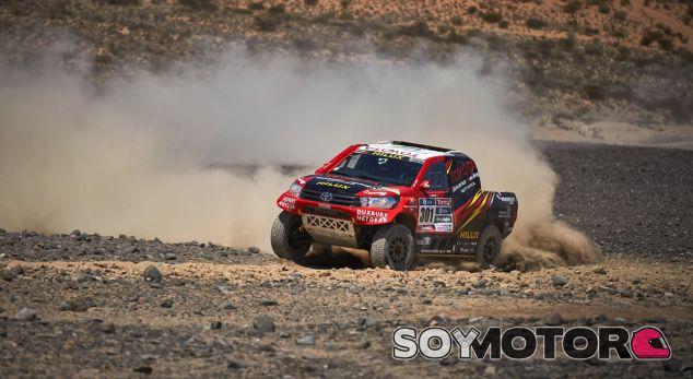 Giniel De Villiers durante el último test con el Toyota Hilux V8 - SoyMotor