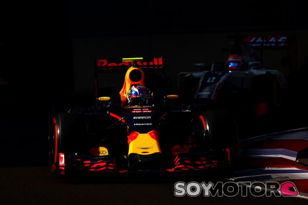 Max Verstappen durante la carrera en Bakú - LaF1