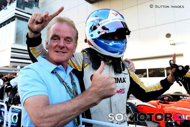 Jolyon Palmer celebra el título con su padre, Jonathan - LaF1