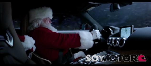 Papá Noel conduciendo un Mercedes - SoyMotor.com