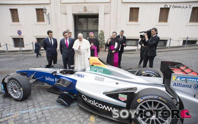 El Papa Francisco ante el monoplaza de Fórmula E – soyMotor.com