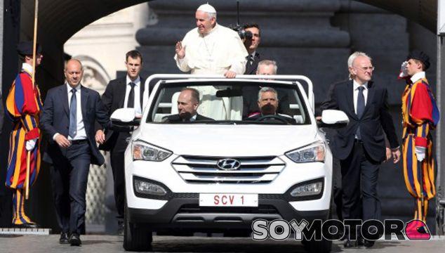 El Papa Francisco en su nuevo Hyundai Santa Fe - SoyMotor