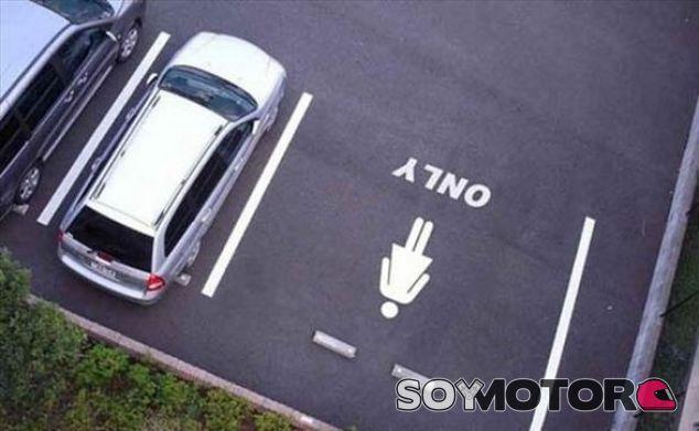 Ejemplo de las plazas de parking para mujeres – SoyMotor.com