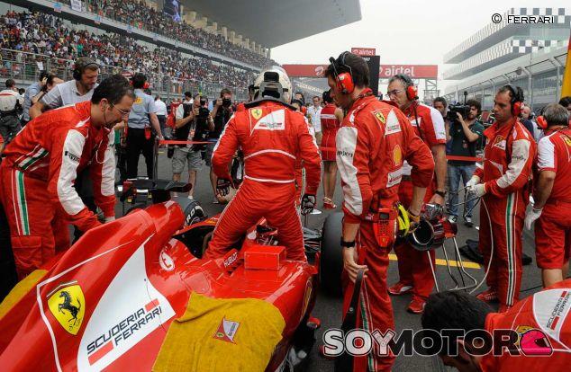 Fernando Alonso en la parrilla de salida del GP de la India - LaF1