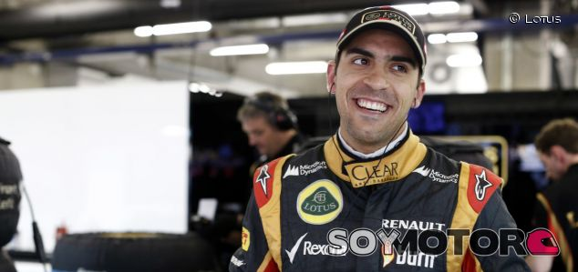 Pastor Maldonado en el box de Lotus - LaF1.es