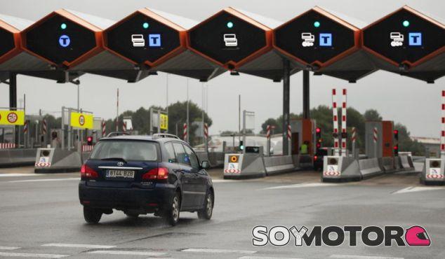 A casa en dirección contraria por verse sin dinero para el peaje - SoyMotor.com