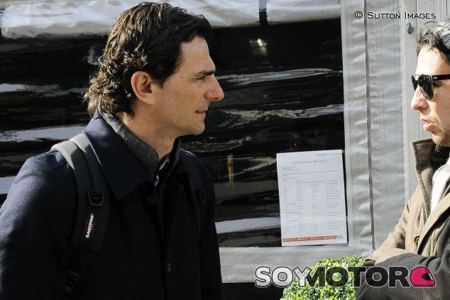 Pedro de la Rosa conversa con Sergio Pérez en Montmeló - LaF1