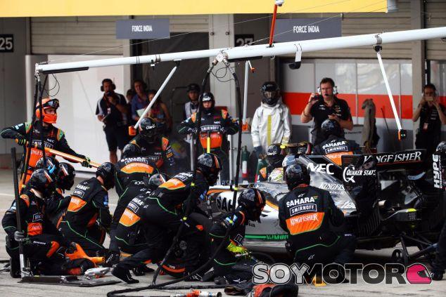 Sergio Pérez haciendo un pit stop en el anterior GP de Japón - LaF1