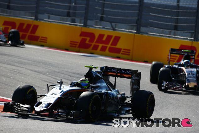 Sergio Pérez por delante de Carlos Sainz en Sochi - LaF1