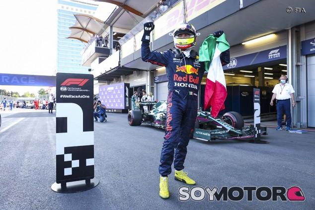 Pérez gana en la 'locura' de Bakú con accidente de Verstappen y error de Hamilton - SoyMotor.com