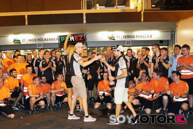 Nico Hülkenberg y Sergio Pérez celebran el podio del mexicano en Bakú - LaF1