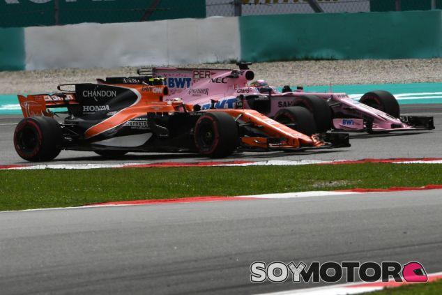 Sergio Pérez lucha contra uno de los McLaren en 2017 – SoyMotor.com