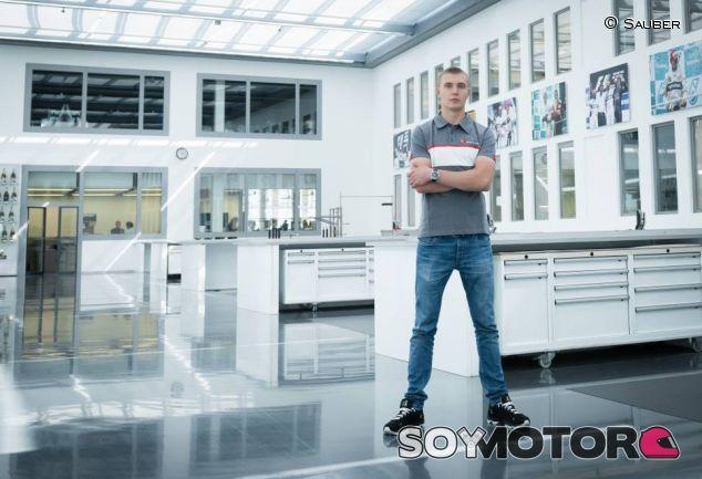 Sergey Sirotkin en la fábrica de Sauber