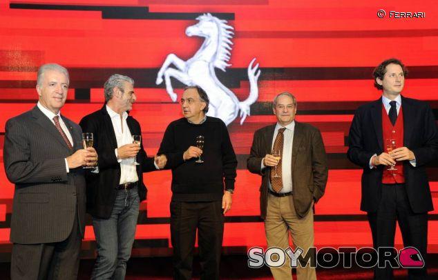 Piero Ferrari (a la izquierda de la imagen) en el acto de Navidad de la Scuderia - LaF1
