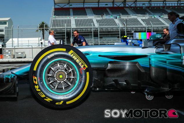 Neumático blando de Pirelli en el W08 de Mercedes - SoyMotor.com