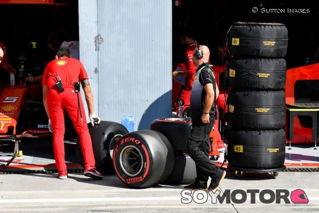 Un mecánico de Ferrari y un técnico de Pirelli en el GP de Italia F1 2019 - SoyMotor