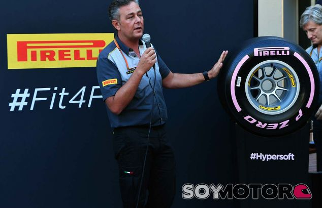 Mario Isola en la presentación de los neumáticos 2018 con el hiperblando - SoyMotor.com