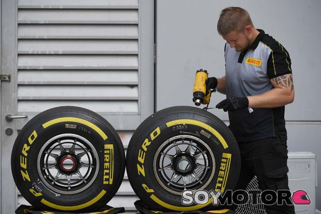 Ingeniero de Pirelli con neumáticos blandos en Sepang - SoyMotor.com
