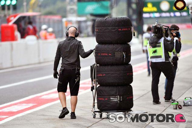 Mecánico de McLaren con neumáticos Pirelli en Suzuka - SoyMotor.com
