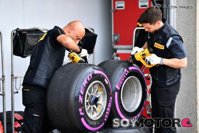 Ingenieros de Pirelli trabajando en neumáticos ultrablandos durante un GP esta temporada - SoyMotor.com