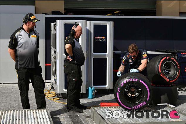 Ingenieros Pirelli en Yas Marina - SoyMotor.com