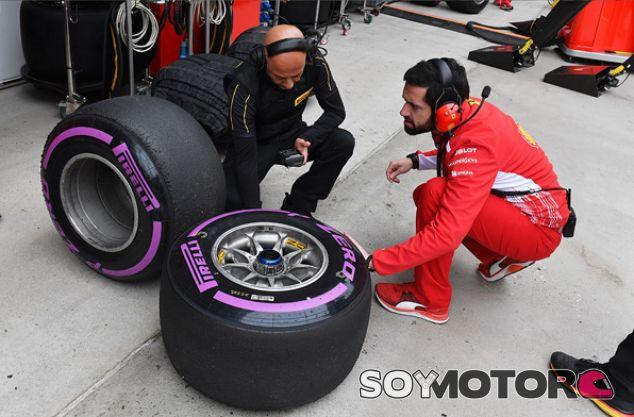 Ferrari e ingenieros Pirelli en Shanghái - SoyMotor.com