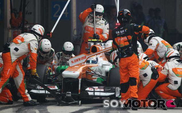 Adrian Sutil durante un pit stop en el GP de la India - LaF1