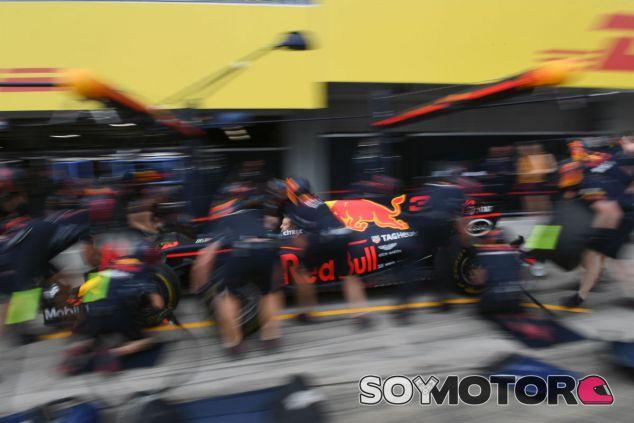 Práctica de pit-stop del equipo Red Bull en Suzuka - SoyMotor.com