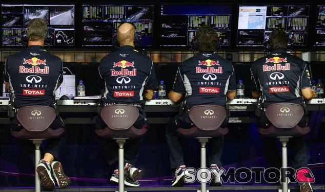 PIt wall del equipo Red Bull con Christian Hotner y Adrian Newey - LaF1