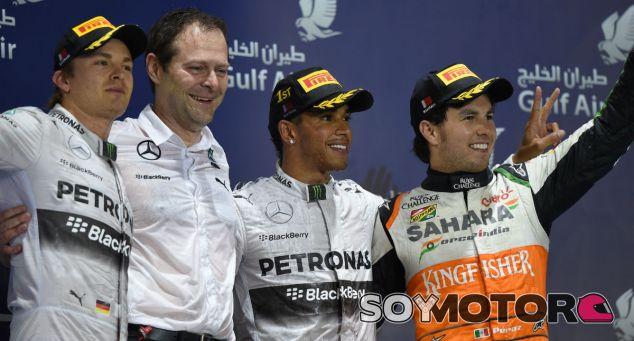 Hamilton se impone a Rosberg en la carrera de las mil batallas
