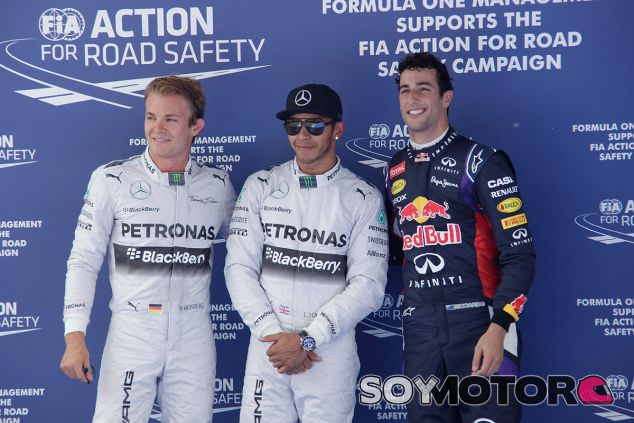 Hamilton posa para los fotógrafos entre Nico Rosberg y Daniel Ricciardo - LaF1