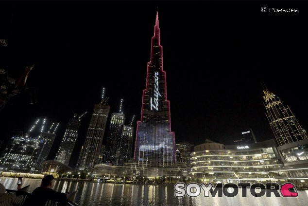 El Burj Khalifa, iluminado por el Porsche Taycan - SoyMotor.com