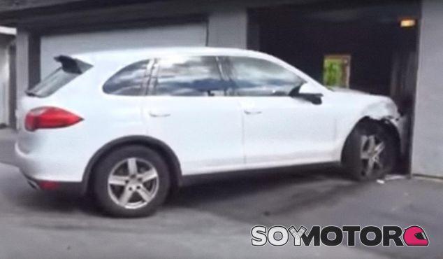 Un adolescente destroza aparcando el coche de su madre