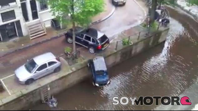 Un Cayenne hace strike con un Smart y lo manda al agua
