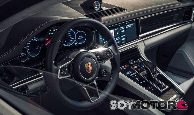 Salpicadero del nuevo Panamera con la pantalla táctil que sirve de soporte del sistema ' Porsche Connect' - SoyMotor