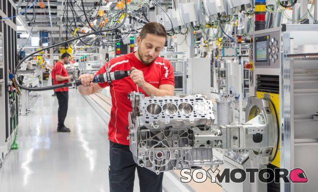 Uno de los técnicos de Porsche trabajar sobre los remates del motor V8 - SoyMotor
