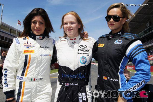 Alice Powell (centro) junto a Vicky Piria (izquirda) y Carmen Jordá (derecha) - LaF1