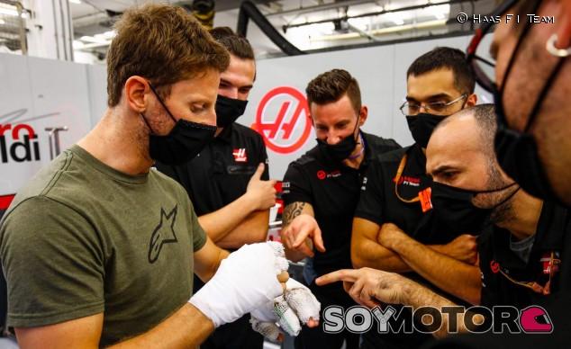 Grosjean vuelve al paddock de Baréin cuatro días después de su accidente - SoyMotor.com