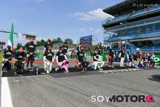 Hamilton explica por qué no llegó a tiempo para arrodillarse en Monza - SoyMotor.com