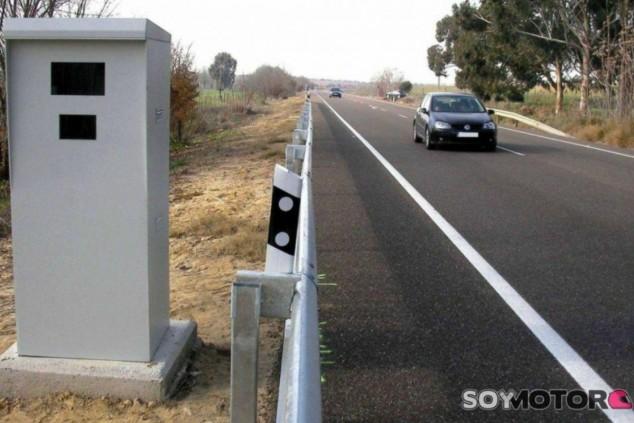 La mayor parte de las veces, el mismo cartel de radar sirve para disuadir a los conductores más 'rápidos' - SoyMotor.com