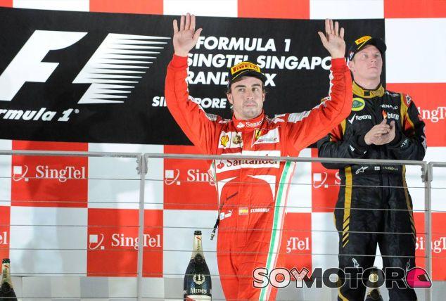 Fernando Alonso y Kimi Räikkönen en el podio de Singapur - LaF1