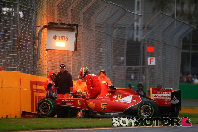 Kimi Räikkönen se baja de su F14 T tras estrellarse en Melbourne - LaF1