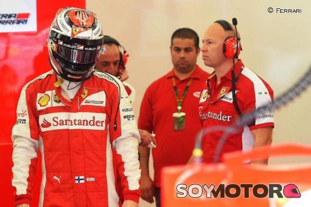 Kimi Räikkönen en el box de Ferrari en Baréin - LaF1