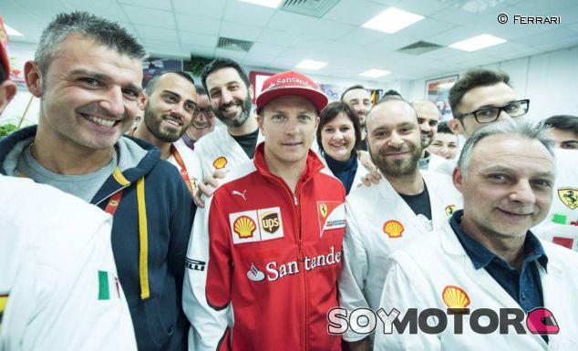 Kimi Räikkönen posa con los trabajadores de Ferrari en Maranello - LaF1